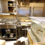 石臼挽き手打 蕎楽亭 - 厨房は清潔+水槽には活魚