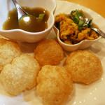 インディアンレストラン アールティ - パニプリ冷たい辛いスープと野菜を薄く上げた衣の中にインします。