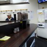峠の蕎麦 - 「峠の蕎麦」カウンターと券売機