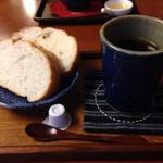 木の芽 - 料理写真:ドライブがてら今庄へ 旅籠をリノベした?店内で、お客さんは少なくゆっくりできました。 頂いたのはパンとコーヒーの木ノ芽セット。 パンがもちもちで美味しかったです。