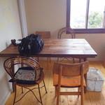 cafe スロープ - 取材のテーブル席
