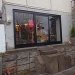 cafe スロープ - お店へのアプローチも札幌軟石です