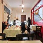 ル カフェ パフューム - 店内のテーブル席の風景です