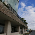 サザンビーチカフェ - 海に面した建物では2階でウエディングも