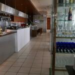 サザンビーチカフェ - 天井が高く広々した店内。テラス席もあり。