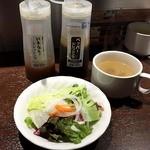いきなりステーキ 綱島店 - オーダーすると、すぐにランチサラダとランチスープが到着。