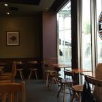 タリーズコーヒー - 窓際の店内