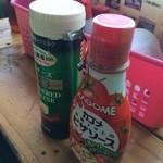 唐泊恵比須かき小屋 - ピザソースと粉チーズを