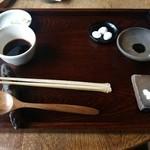 44545321 - テーブルセット:銀杏、醤油、塩2種類、つゆ、ネギ、山葵