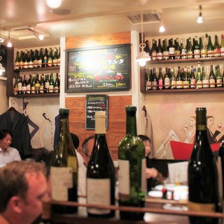 ソムリエ厳選の自然派ワインが並ぶ店内♪