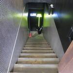 1LDK - この階段を降りて店内へ