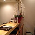 銀座 すが家 - 内観写真:オープンしたばかりで胡蝶蘭などがたくさん飾ってありました
