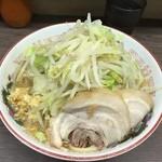 44558137 - 151116小ラーメン(豚2枚)690円麺半分野菜ニンニク