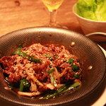 5 - 牛肉と野菜のプルコギ風ピリ辛炒め 葉野菜添え