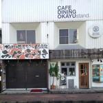 44561989 - 店構え、昼時は人通りが多いので別の日の朝撮影しました。隣がカフェのお店です。