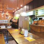 ラーメン仮面55 - 女性お一人様でも過ごしやすいカフェレストランのような雰囲気です。