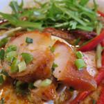 ラーメン仮面55 - チャーシューというか、鶏の唐揚げのようなお肉が入ってます。       質も量も食べ応えがあります。