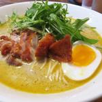 ラーメン仮面55 - エスニックラーメン600円。       こちらの辛さはピリ辛程度なので、スパイシー&クリーミーなスープを程良く満喫できます。
