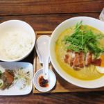 ラーメン仮面55 - 今回は、エスニックラーメン+ご飯+手作り惣菜のラーメンランチ680円にしました。       ラーメンライスとは言ってもご飯の盛りは女子向きです。