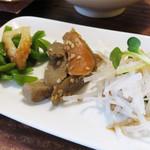 ラーメン仮面55 - お惣菜は、大根のサラダ・ごぼうの煮物・ピーマンとチクワ炒めの3種でした。       量は一口程度で食べやすいです。