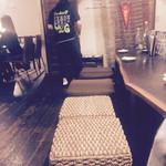 美ら風南風 櫻家 - 二階カウンター。カップルはここらしい。背もたれが欲しい