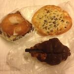 44588037 - サバラン、チョコクロワッサン、豆パン