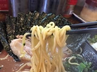 らーめん武道家 口 - 思ったほど太くなくて短い麺
