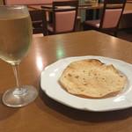 インドレストラン&バー サイノ - 白ワインとサービスのパパド