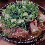 安芸もみじ亭 - こちらはガーリックチキン。モモ肉で柔らかい。しつこくないガーリックソースと、鉄板の上であつあつ。