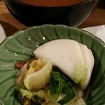 大衆割烹 三州屋 - なめことお豆腐の赤だし、お新香
