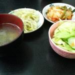 ママキムチ - テグタンについてくるキムチ・豆もやしと定食用のスープ