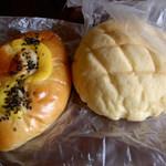 マルベリー - スイートポテトパン(160円くらい)と人気ナンバー3のメロンパン(140円くらい)