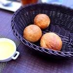 大衆バル O-KINI - 自家製焼きたてパン 焼きたてなのでそのまま食べても美味しいし、オリーブオイルつけて食べてもめっちゃ美味しい~