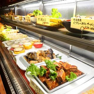 カウンターに並ぶ職人技が効いたお番菜