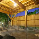 河畔亭 - 内観写真:四季の移ろいと澄んだ空気を感じる庭園露天風呂【源泉かけ流し】