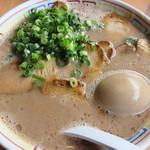 西谷家 - チャーシュー麺830円+半熟煮玉子100円。 栄養満点ですね(笑)。 お肉はたっぷり、煮玉子もとっても美味しかったです。