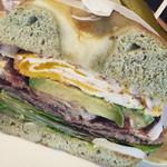 ニーニーサンカフェ - 【料理】ほうれん草チーズのベーグルの223特製ジューシーハンバーガー ¥1000