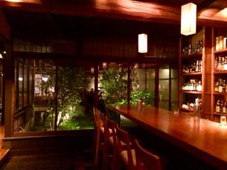 bar K家 本館 - 店内・カウンターから奥庭を眺めて(撮影ご了解済)