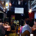 デルソル カフェ - 「デルソル」テーブル席とステージ