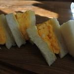 ペコリーノ・カフェ - タマゴサンドは大きくて分厚い
