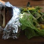 ペコリーノ・カフェ - 一緒に添えられたサラダとパンの耳を使った揚げパン
