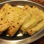 ムガルパレス - チーズナン