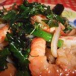 路地裏のタイ料理とお酒 バナナ食堂 - 海老と野菜のバジル炒め