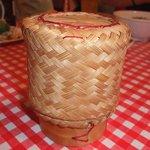 路地裏のタイ料理とお酒 バナナ食堂 - 餅米はこんな入れ物に