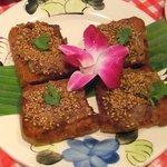 路地裏のタイ料理とお酒 バナナ食堂 - 食パンに挽肉ペーストが