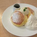 44650320 - 幸せのパンケーキ ホイップクリームトッピング