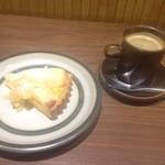 44652861 - 2015年11月:おやつセット(写真は\950)…洋梨のタルト(\650)とホットコーヒー(+\300)
