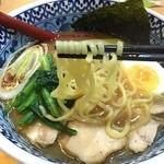 麺匠 名人房 - 麺はやや細めの中太麺でつるつる系。