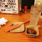 鳥菊 - サワー303円、お通し324円白レバ唐揚あんかけ