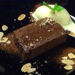 トラットリア ガヴェ - チョコレートとナッツのケーキ